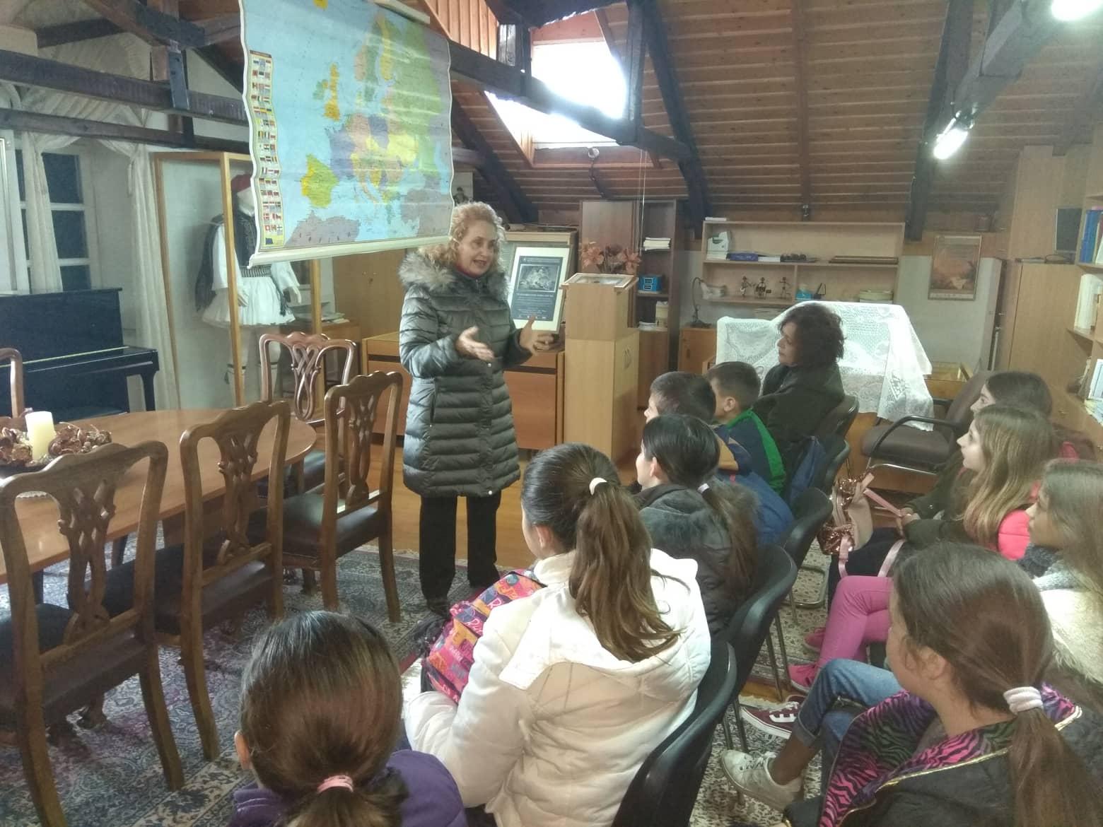 """Επίσκεψη του δημοτικού σχολείου Ευηνοχωρίου στη Βιβλιοθήκη της Βυρωνικής Εταιρείας, για το εκπαιδευτικό Πρόγραμμα """"Ελληνική Επανάσταση και Φιλελληνισμός""""."""